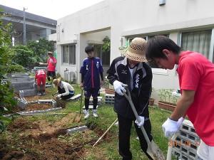 花壇造りのボランティア_01
