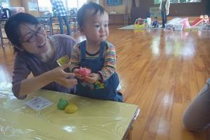 子育てサロン-小麦粉ねんど遊び-_01